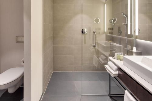 A bathroom at DoubleTree by Hilton Hotel Cluj - City Plaza