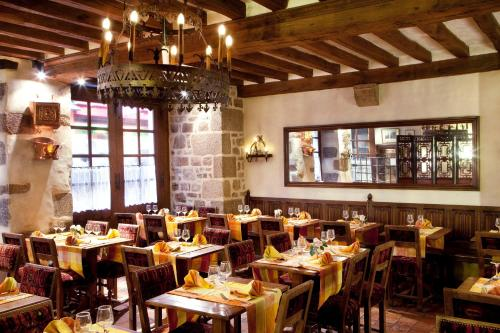 A restaurant or other place to eat at Auberge Saint Pierre