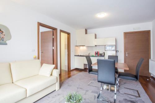 Ein Sitzbereich in der Unterkunft Residence Villa Karda