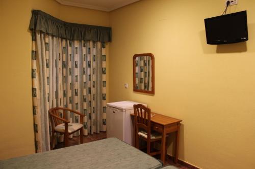 Una televisión o centro de entretenimiento en Hotel Albohera