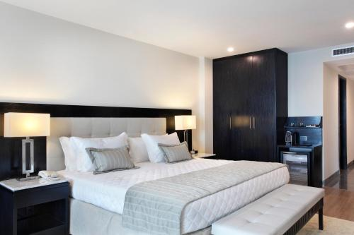 A bed or beds in a room at Miramar Hotel by Windsor
