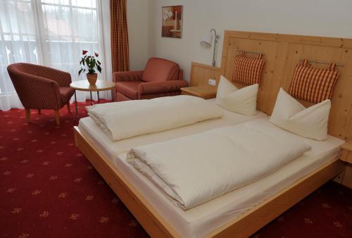 Ein Bett oder Betten in einem Zimmer der Unterkunft Landgasthof Drei Rosen