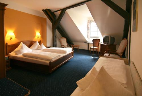 A bed or beds in a room at Altstadthotel Arch