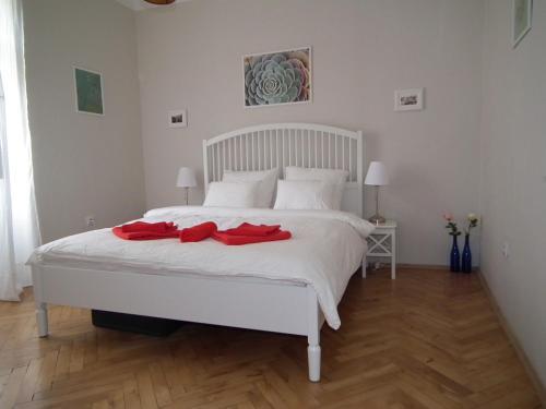 Een bed of bedden in een kamer bij Old Town Magical place