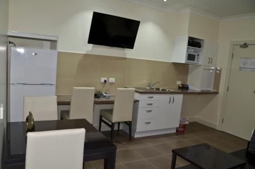 A kitchen or kitchenette at Swagsman Motel