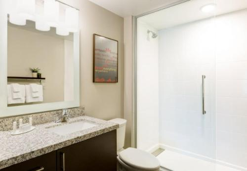 A bathroom at TownePlace Suites by Marriott Albany