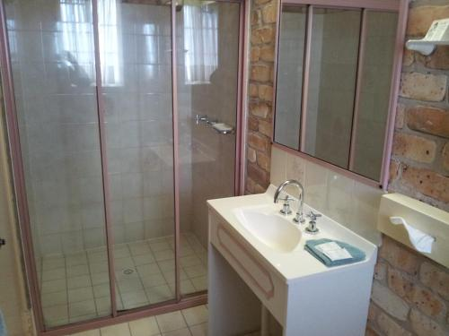 A bathroom at Mollymook Surfbeach Motel & Apartments