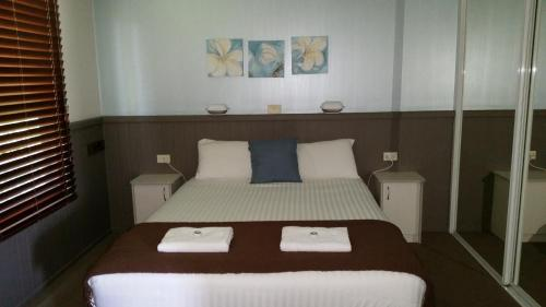 A bed or beds in a room at Kiama Harbour Cabins