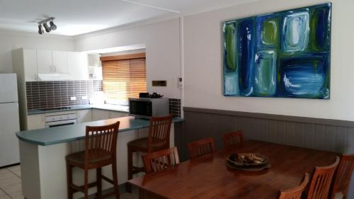 A kitchen or kitchenette at Kiama Harbour Cabins