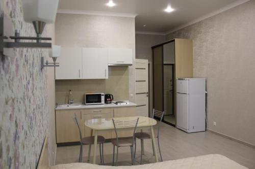 Кухня или мини-кухня в Apartment on Bytkha 20/4