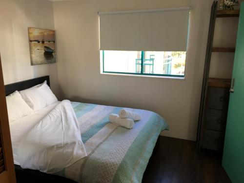 A bed or beds in a room at Broadbeach Studios