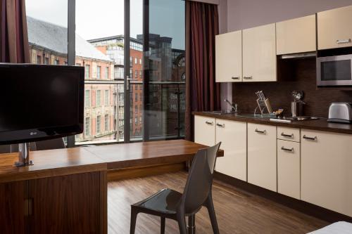 Una cocina o zona de cocina en Roomzzz Leeds City