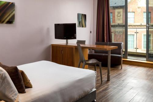 Una televisión o centro de entretenimiento en Roomzzz Leeds City