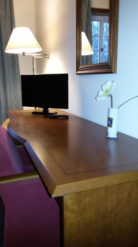 A television and/or entertainment center at Hotel Ulveira