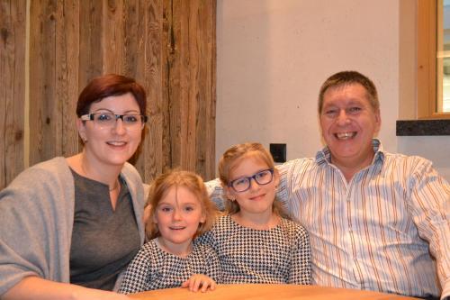 Eine Familie, die in der Unterkunft Gästehaus-Pension Barbara übernachtet
