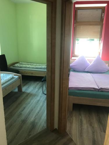 Ein Bett oder Betten in einem Zimmer der Unterkunft Ferienwohnung Zeitler