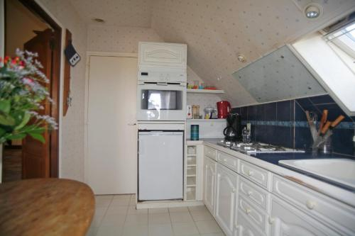 A kitchen or kitchenette at Appartement Autour de la Rose