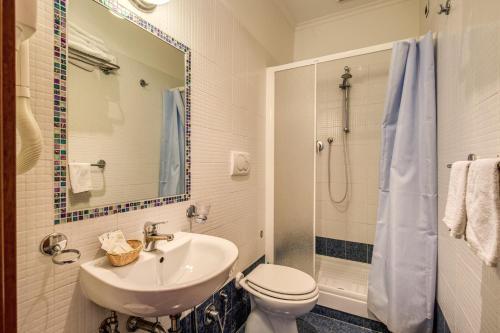 A bathroom at Hotel Maryelen 2
