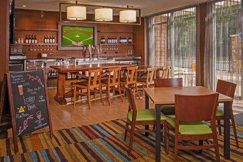 A restaurant or other place to eat at Fairfield Inn & Suites by Marriott Richmond Ashland