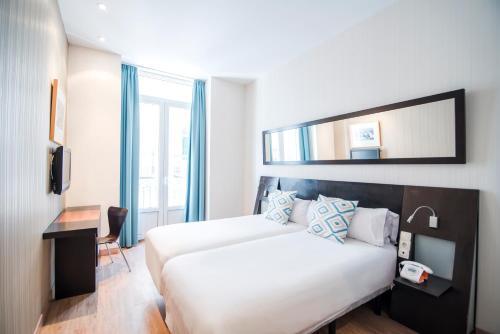 Cama o camas de una habitación en Petit Palace Plaza de la Reina