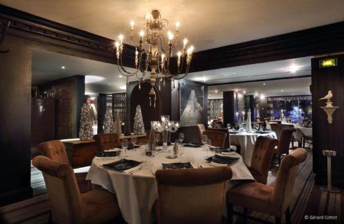 A restaurant or other place to eat at Alpes Hôtel du Pralong