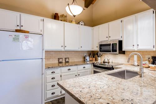 A kitchen or kitchenette at Mammoth Creek Condos