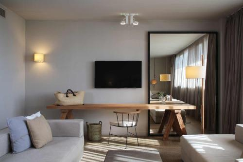 A television and/or entertainment center at Hotel Peralada Wine Spa & Golf