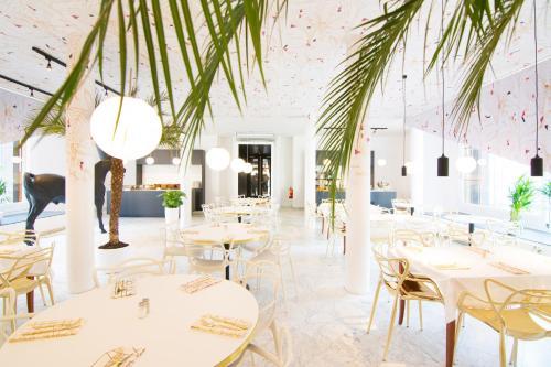 Een restaurant of ander eetgelegenheid bij Mabi City Centre Hotel
