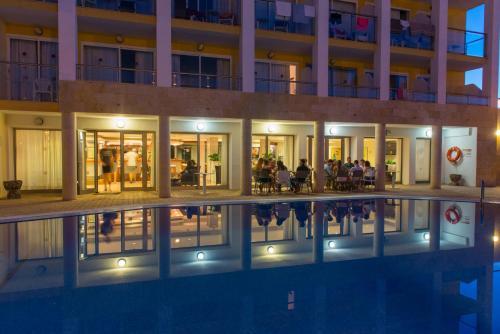 Het zwembad bij of vlak bij Hotel Bella Mar