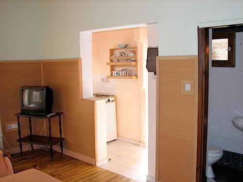 A television and/or entertainment centre at Earini Rooms And Apartments