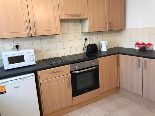 A kitchen or kitchenette at Bostocke Everlight Lodge