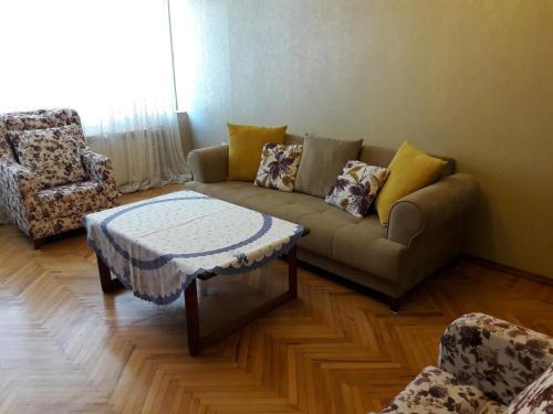 Uma área de estar em Apartment on Gadzhibekova 27