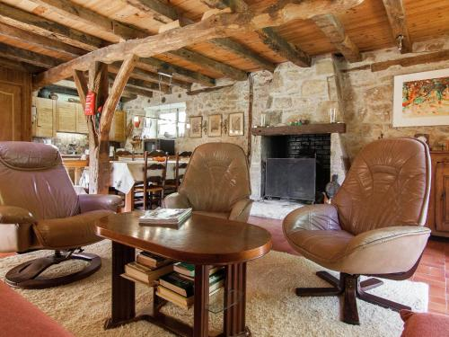 A seating area at Spacious Farmhouse with private garden in Saint-Cybranet