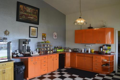 A kitchen or kitchenette at Retro Inn at Mesa Verde