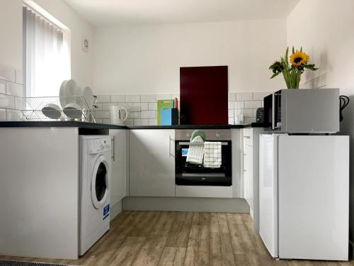 A kitchen or kitchenette at Phoenix House Apartments