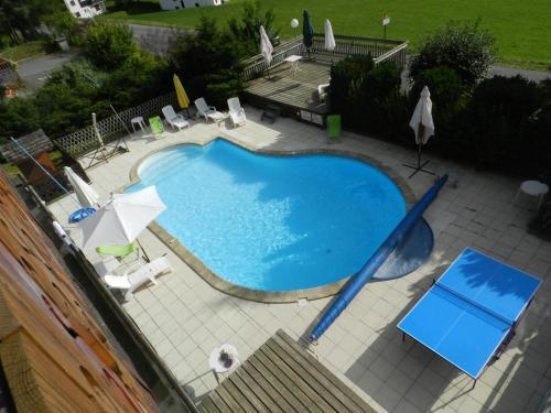Vue sur la piscine de l'établissement Chalet-Hôtel du Borderan ou sur une piscine à proximité