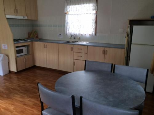 A kitchen or kitchenette at Smugglers Cove Holiday Village