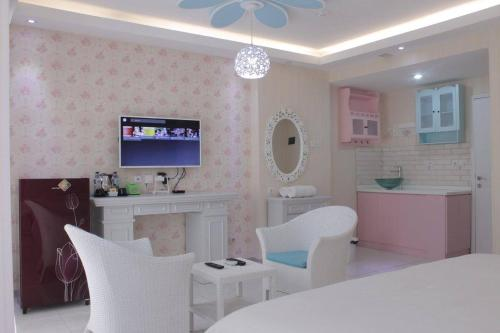 A television and/or entertainment centre at Fastrooms Bekasi Hotel
