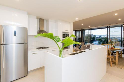 A kitchen or kitchenette at Luxury Four Bedroom Apartment