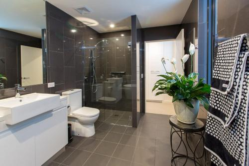 A bathroom at Luxury Four Bedroom Apartment