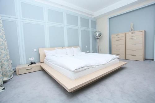 Кровать или кровати в номере Премьер Отель