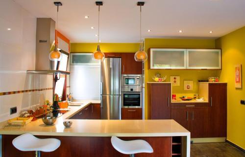 A kitchen or kitchenette at La casa del río