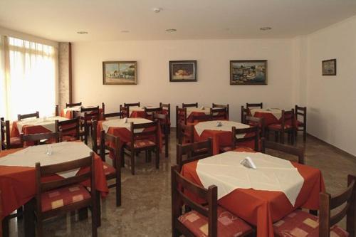 Een restaurant of ander eetgelegenheid bij Theonia Hotel