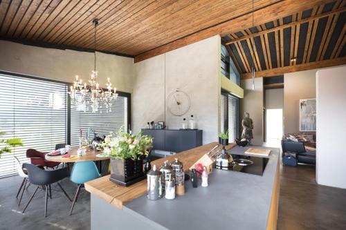 Ein Restaurant oder anderes Speiselokal in der Unterkunft Boutique Hotel Chalet Weinberg
