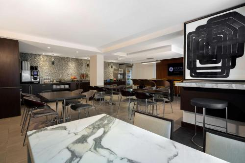 A restaurant or other place to eat at Hyatt Regency Baltimore