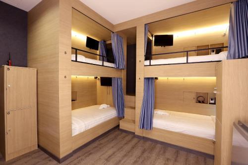 Łóżko lub łóżka piętrowe w pokoju w obiekcie The Printing House Poshtel
