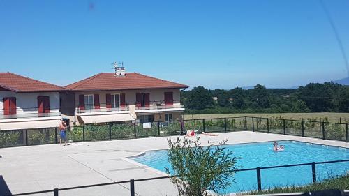 Vue sur la piscine de l'établissement Green Paradise 4 Étoiles Netflix & Mini-Bar & Parking Privé & Balcon ou sur une piscine à proximité