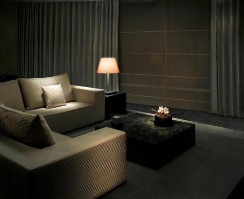 A seating area at Armani Hotel Dubai