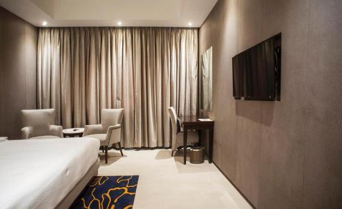 Кровать или кровати в номере Brijwasi Lands Inn