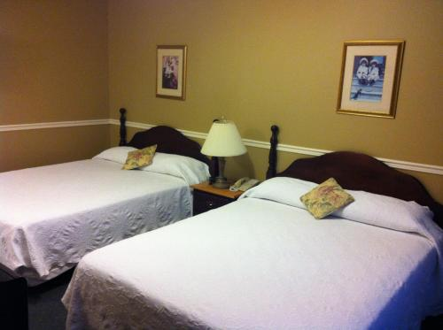 A bed or beds in a room at Lynwood Inn